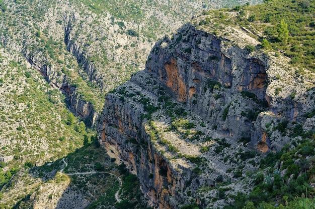 Scogliera di roccia in montagna, consumata dall'erosione.