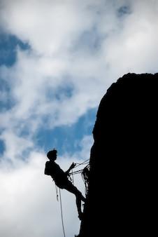Uno scalatore che scende dall'alto