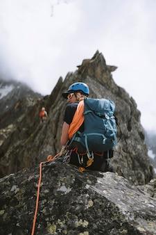 Rocciatore salendo le alpi di chamonix in francia