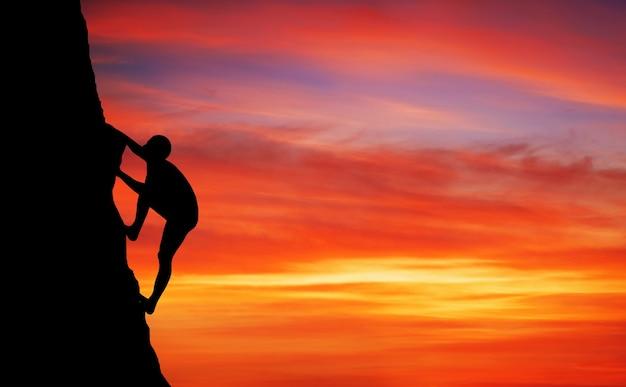 Scalatore di roccia a sfondo tramonto. sport e vita attiva