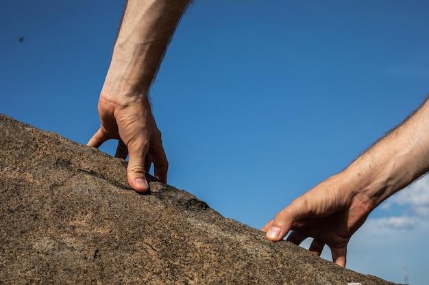 Mani di arrampicata su roccia, immagine ravvicinata. concetto di sport all'aperto di scalatore.