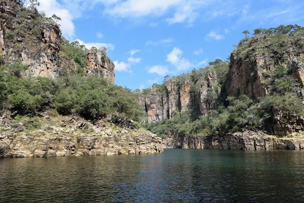 Formazione rocciosa intorno al grande lago in capitolio, minas gerais