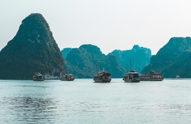 Isole rocciose vicino al villaggio galleggiante nella baia di halong. bellissimo paesaggio di mare nella baia di ha long vietnam