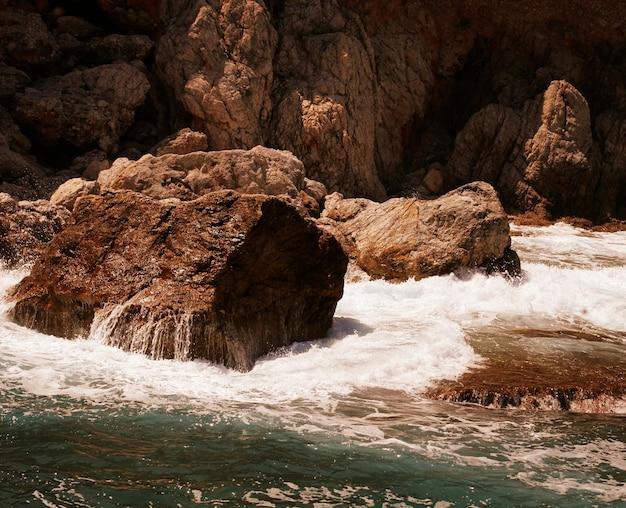 Roccia e mar mediterraneo in turchia