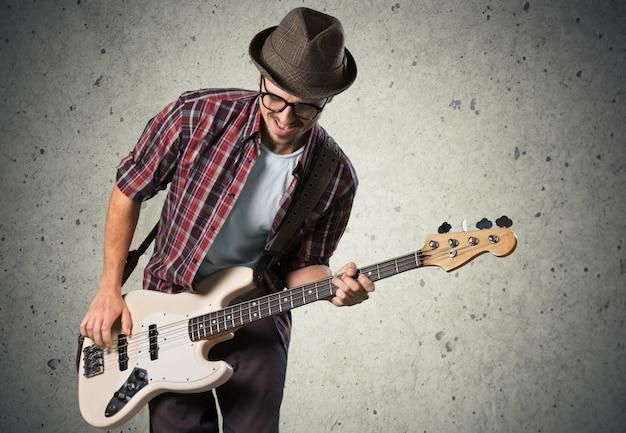 Il musicista rock sta suonando la chitarra elettrica.