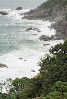 Rock shore in una giornata piovosa in brasile.