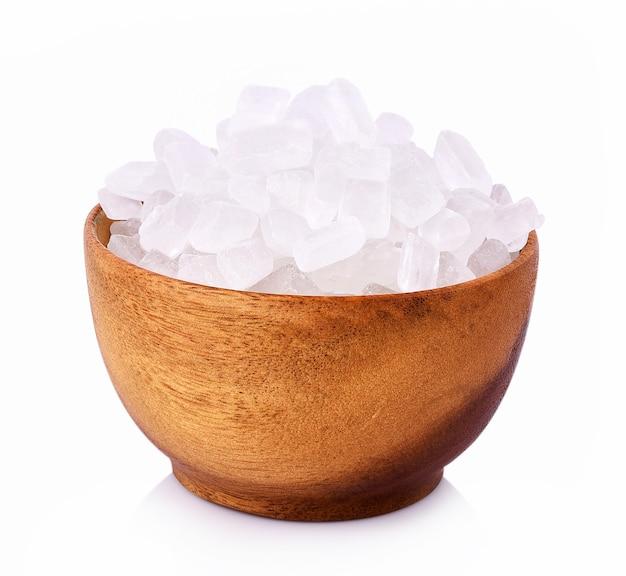 Zucchero di roccia in una ciotola su sfondo bianco