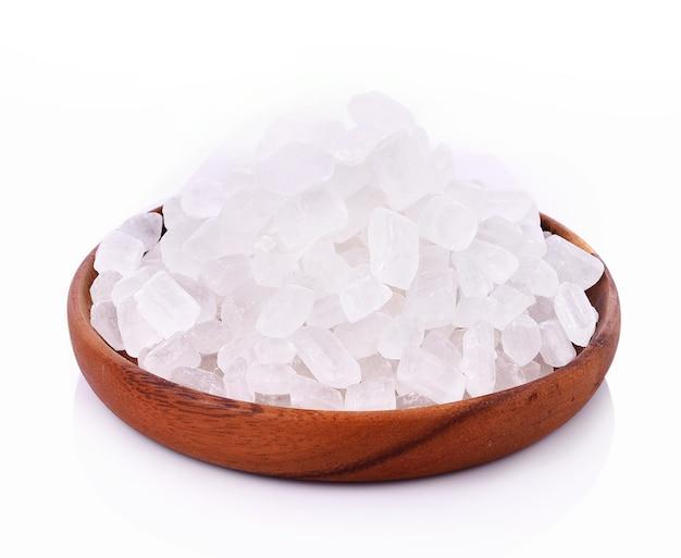 Zucchero di roccia nel piatto su sfondo bianco