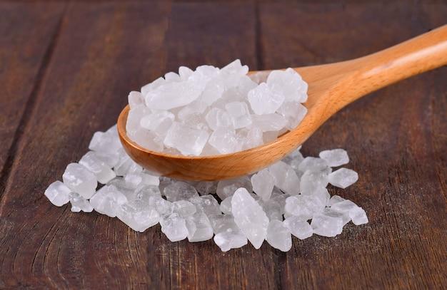 Zucchero di roccia su legno