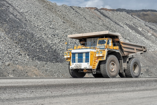Trasporto di rocce con autocarri con cassone ribaltabile. grande cava giallo camion. industria dei trasporti.