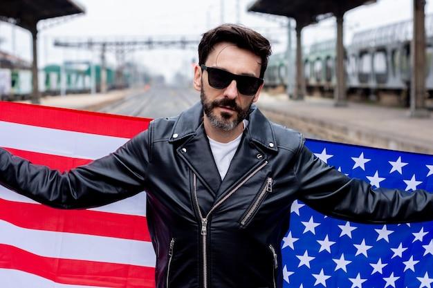 Rocker con occhiali da sole che mostrano la bandiera degli stati uniti