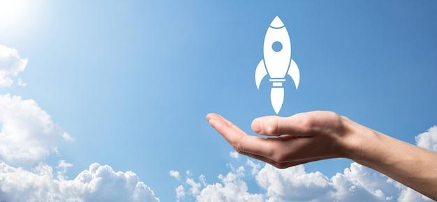 Icona del razzo che decolla, il lancio del razzo sta per essere lanciato e sta volando via, avvio aziendale, icona