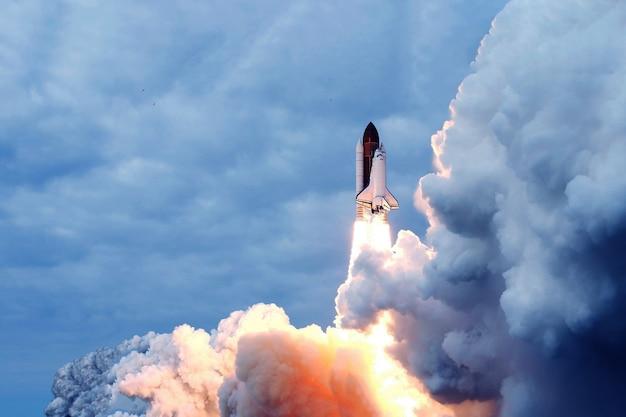 Lancio di razzi, con fumo e fuoco. gli elementi di questa immagine sono stati forniti dalla nasa. foto di alta qualità