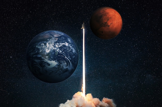 Il razzo decolla nello spazio profondo con il pianeta rosso marte e il pianeta terra blu nel cielo stellato. l'astronave si lancia e inizia una missione di volo su marte