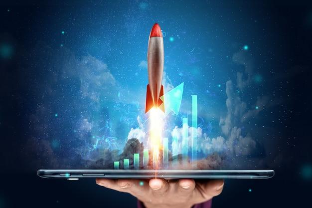 Il razzo che decolla sull'immagine di sfondo dei grafici della strategia di sviluppo, del concetto di business, delle nuove tecnologie. copia spazio.