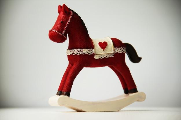 Cavallo a dondolo su bianco