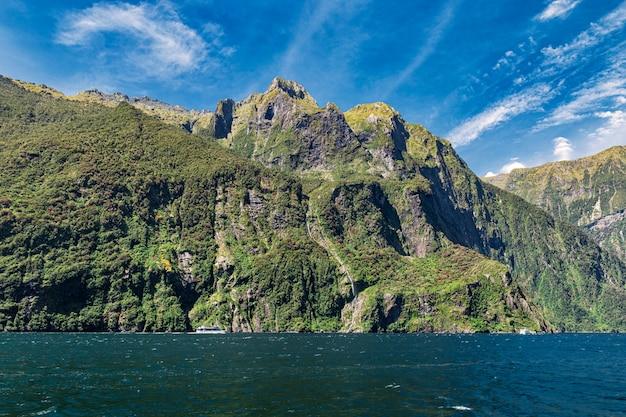 Rocce e cascata del famoso milford sound, nuova zelanda, foto scattata dal traghetto da crociera