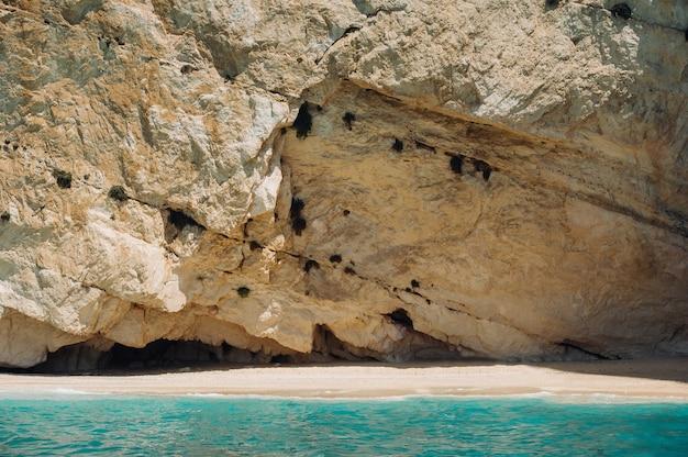 Una spiaggia rocciosa vicino alla baia di navagio sull'isola di zante