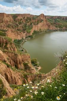 Canyon roccioso con il lago in primavera