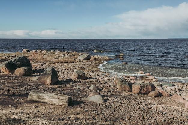Costa rocciosa nel nord della russia.