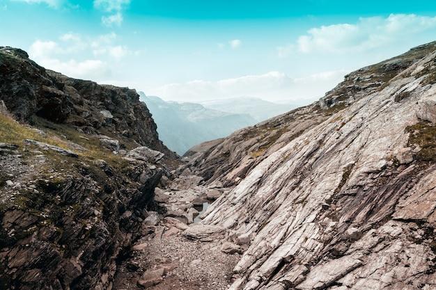 Montagne rocciose contro il cielo blu