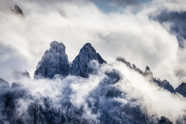 Montagne rocciose in italia coperte di nuvole, dolomiti, tre cime di lavaredo