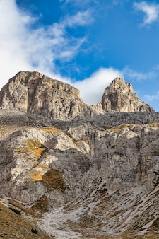 Montagne rocciose in italia con cielo nuvoloso, dolomiti, tre cime di lavaredo