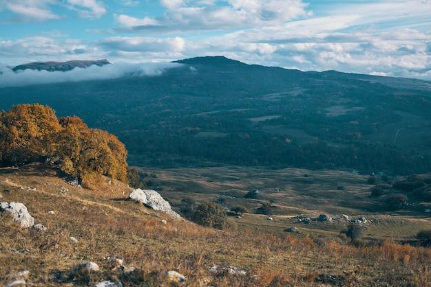 Montagne rocciose paesaggio autunno natura viaggio lifestyle
