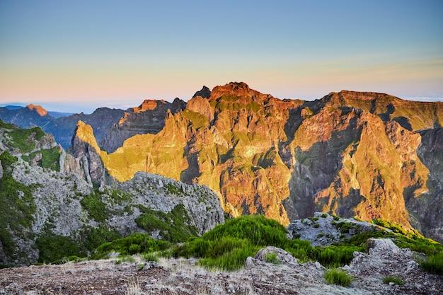 Montagne rocciose di madeira portogallo al tramonto