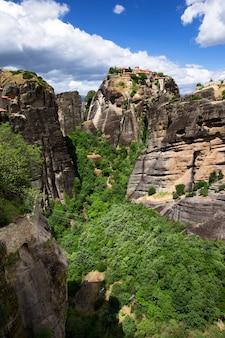 Montagne rocciose con vegetazione