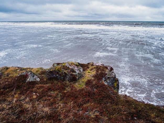 Uno sperone roccioso, una scogliera a picco sul mare.