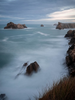 Vista sul mare roccioso sulla costa quebrada, liencres, cantabria