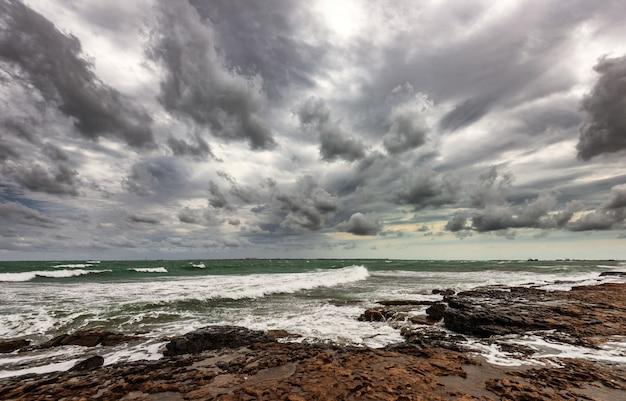 Mare roccioso con tempo nuvoloso