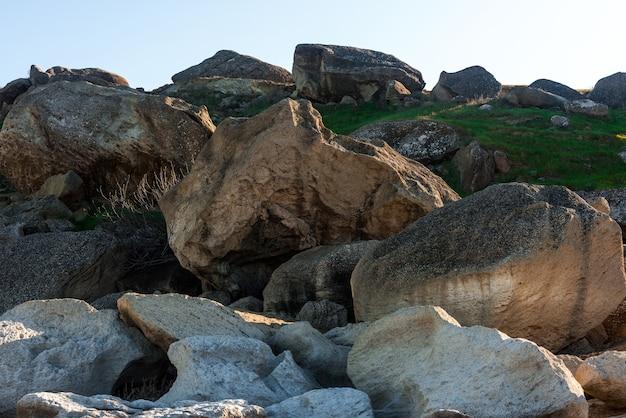 Mare roccioso con grandi massi
