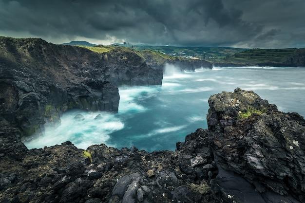 Costa rocciosa oceano atlantico. asorez isola di san miguel. portogallo.