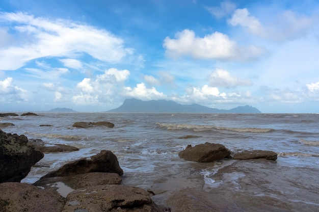 Costa rocciosa dell'isola del borneo con mare grigio