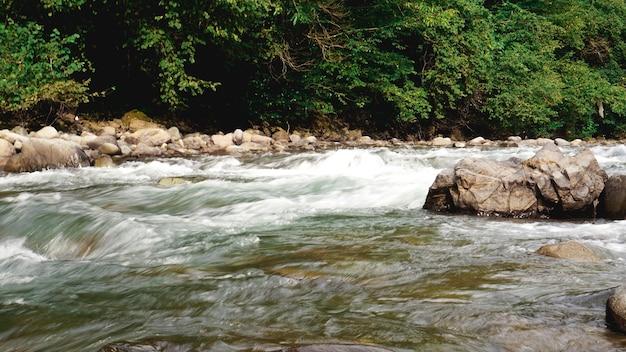 Acqua corrente del ruscello roccioso. pietre nell'acqua