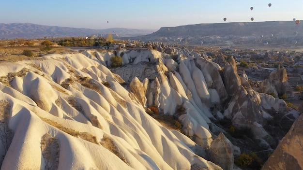 Palloncini con vista rocciosa sullo sfondo