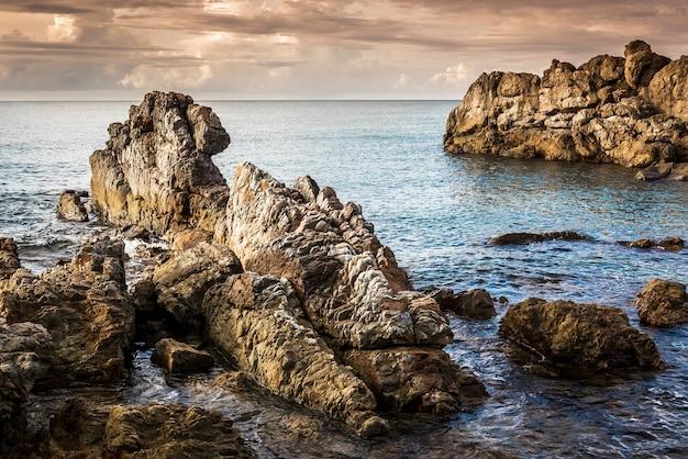 Zona rocciosa sulla bellissima costa all'ora del tramonto