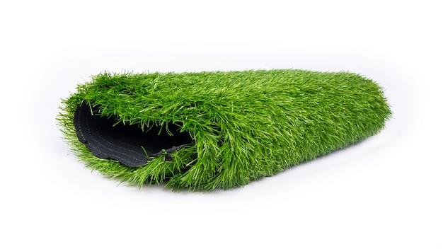 Rotolo di tappeto erboso artificiale vicino isolato su sfondo bianco.