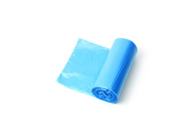 Rotolo di sacchetti di immondizia blu isolati su priorità bassa bianca