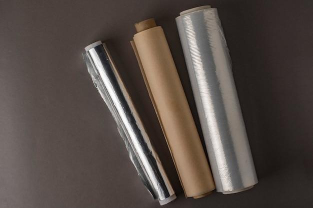 Un rotolo di pellicola trasparente, un rotolo di pellicola trasparente e un rotolo di carta da forno.