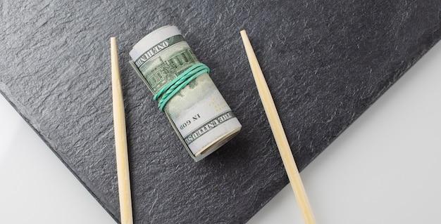 Rotolo di dollari su una banda nera su sfondo bianco