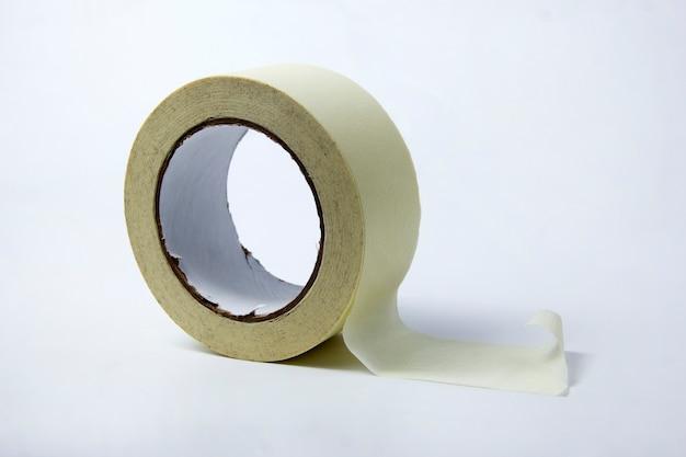 Un rotolo di nastro adesivo su uno sfondo bianco. rotolo di nastro adesivo su bianco