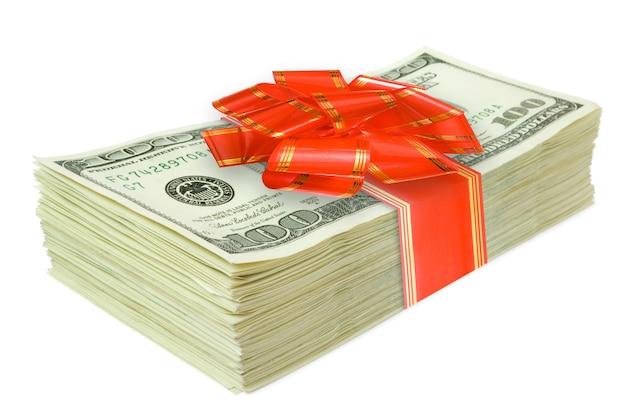 Rotolo di soldi con un fiocco rosso isolato su bianco