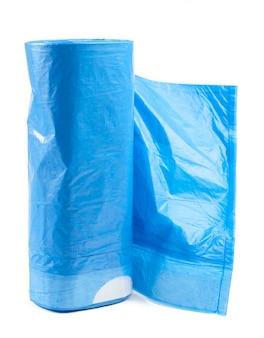 Rotolo delle borse di immondizia di plastica isolate su bianco