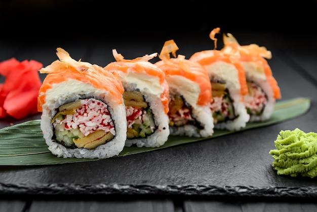 Roll set servito su una lastra di pietra su un tavolo in un ristorante