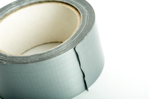 Rotolo di nastro adesivo argento su bianco