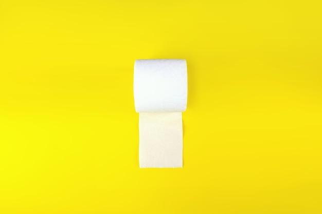Un rotolo di carta igienica da utilizzare nella toilette utilizzato per pulire lo sporco in bagno