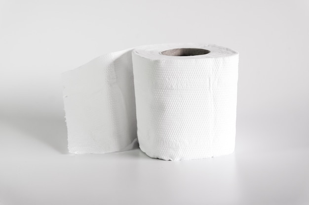 Rotolo di carta igienica su uno sfondo di colore morbido